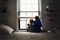 Kleine Brüder sitzen auf Bett — Stockfoto