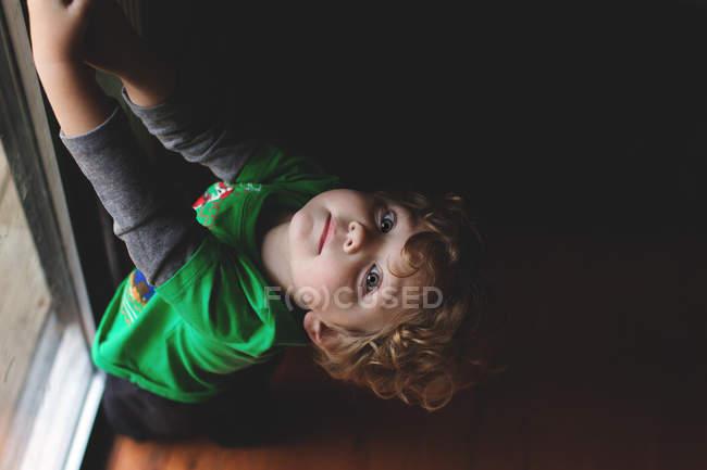 Adorable petit garçon aux cheveux bouclés — Photo de stock