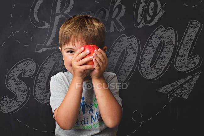 Усміхаючись маленький хлопчик тримає apple — стокове фото