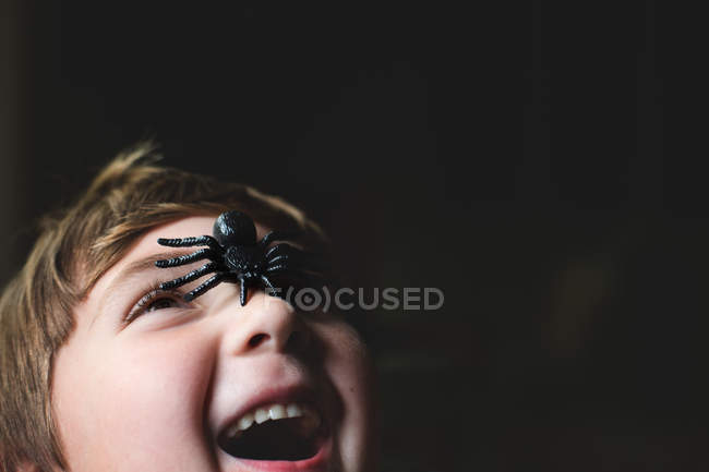 Petit garçon jouant avec le jouet d'araignée — Photo de stock