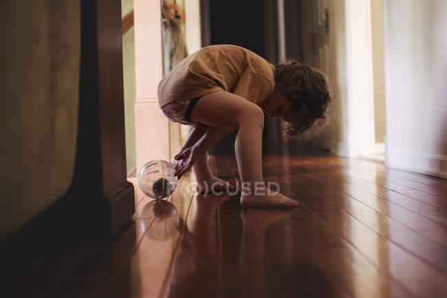Petit garçon jouant avec hamster en balle — Photo de stock