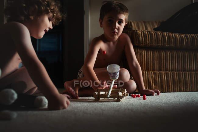 Petits garçons mignons jouer — Photo de stock