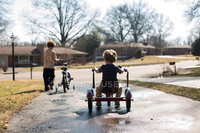 Niedliche kleine Brüder mit Fahrrädern — Stockfoto