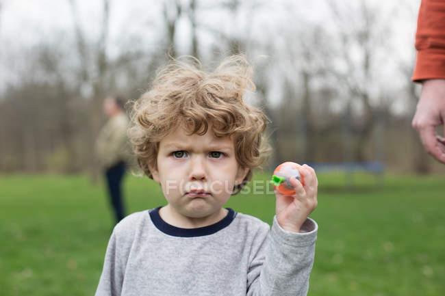 Ragazzino serio che tiene la palla — Foto stock