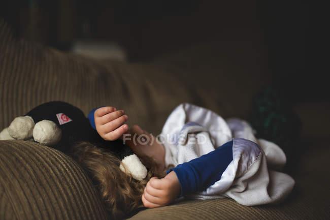 Adorable garçon dormant sur le canapé — Photo de stock