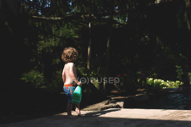 Little boy holding regadera - foto de stock