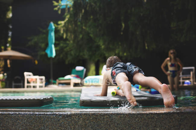 Menino bonitinho na piscina — Fotografia de Stock