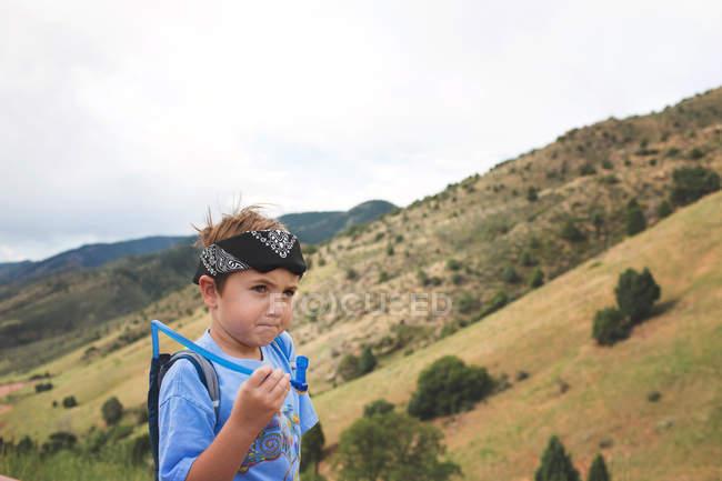 Мальчик держит трубку для питья — стоковое фото