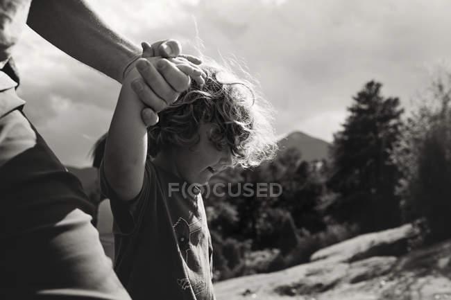 Padre e hijo tomados de la mano - foto de stock