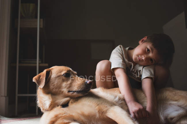 Adorable little boy hugging dog — Stock Photo
