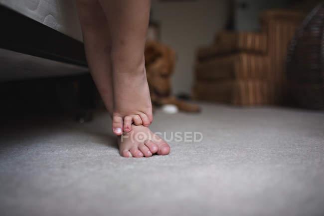 Füße eines kleinen Jungen stehen auf Teppich — Stockfoto