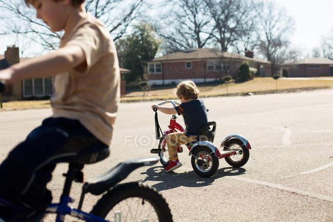 Kleine Brüder in Fahrräder Fahrrad unterwegs — Stockfoto