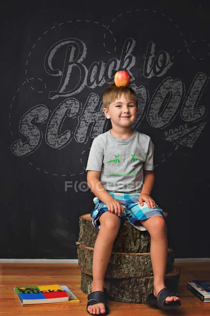 Хлопчик з червоним apple на голову — стокове фото