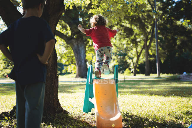 Маленькі хлопчики грають у дворі — стокове фото