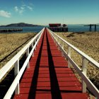 Passerelle en bois sur la plage — Photo de stock