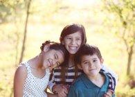 Щасливі троє дітей посміхається — стокове фото