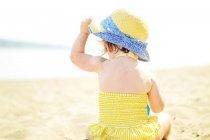 Девушка сидит на пляже — стоковое фото