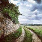 Straße entlang der alten Mauer in Frankreich — Stockfoto