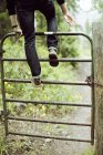 Человек, поднимаясь вверх барьер — стоковое фото