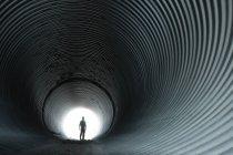 Silhueta do homem no túnel circular — Fotografia de Stock