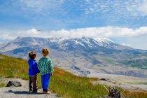Два хлопчика, дивлячись на Маунтін-В'ю — стокове фото