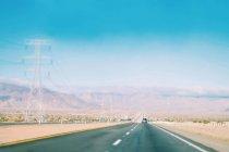 Auto auf der Autobahn mit Landschaft bewegen — Stockfoto