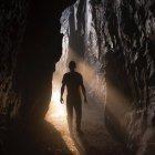 Hombre de pie en la cueva - foto de stock