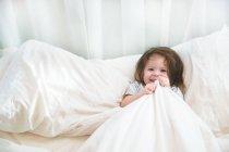 Ragazza in pigiama a letto — Foto stock