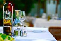 Aceite y vinagreta de sobre mesa en restaurante - foto de stock