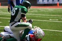 Due uomini che giocano a football americano — Foto stock