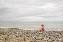 Fille jouant sur la plage — Photo de stock