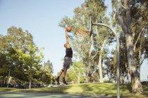 Человек стрельба баскетбол обручи — стоковое фото