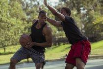 Hommes jouent au basket-ball dans le parc — Photo de stock