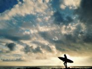 Silhouette of female surfer — Stock Photo