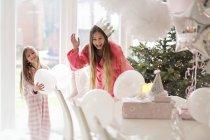 Ragazze che giocano dall'albero di Natale — Foto stock