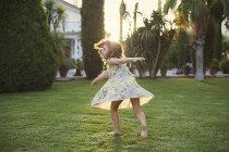 Девушка вращается вокруг в саду — стоковое фото