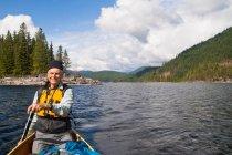 Canoe paddler in lake — Stock Photo
