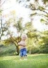 Niño de pie con el béisbol - foto de stock