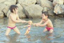 Bambini che tirano bambola — Foto stock