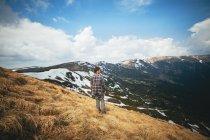Uomo in piedi in campo e guardando la vista — Foto stock