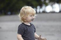 Тоддлер играет с песком — стоковое фото