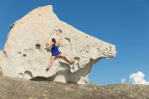 Giovane donna arrampicata grande roccia — Foto stock