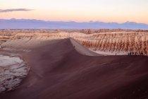 Туристы на большой дюны — стоковое фото