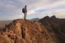 Escalade debout au sommet de la montagne — Photo de stock
