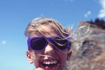 Garota na praia em dia ventoso — Fotografia de Stock