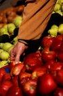 Mano masculina la elección de manzanas en el mercado - foto de stock