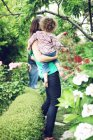 Madre e bambino raccolta mele — Foto stock