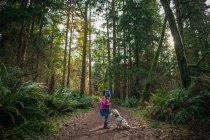 Ragazza nella foresta con il cucciolo — Foto stock