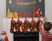 Ragazzo che indica alle calze di Natale — Foto stock