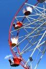 Rote und weiße Riesenrad — Stockfoto
